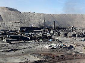 In der Gießerei wird das Kupfer aus dem Stein gewonnen.