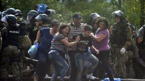 Trotz Abriegelung durch Polizei: Flüchtlinge stürmen mazedonische Grenze