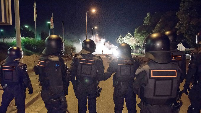 Polizisten bei rechtsextremen Ausschreitungen vor einer Flüchtlingsunterkunft in Pirna Ende August..