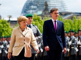 Sucht die Nähe zu Berlin: Taavi Roivas (r.), hier bei seinem Staatsbesuch im Juni 2014 mit Bundeskanzlerin Angela Merkel.