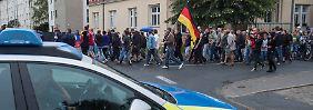 Versammlungsverbot in Heidenau: Polizei kesselt rechte Demonstranten ein