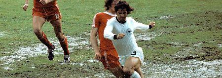 3. Juli 1974: In Frankfurt, hier Gerd Müller am Ball, findet so etwas ähnliches wie ein Fußballspiel statt.