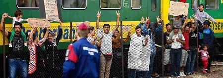 Von ungarischer Polizei umstellt: 500 Menschen verharren in Zug
