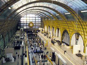 Im Museé d'Orsay betrachten Besucher heute impressionistische Gemälde - und die prachtvolle Architektur.