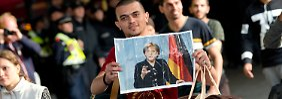 Hunderte strömen nach Deutschland: CSU kritisiert Merkel für Flüchtlingsaufnahme