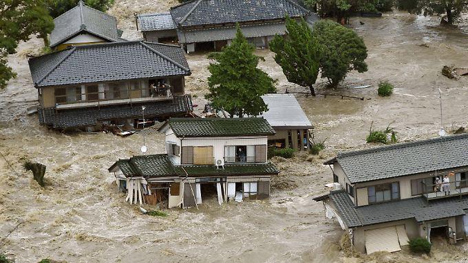 Eine riesige Schlammwelle bahnte sich ihren Weg durch einen Teil der japanischen Stadt Joso.