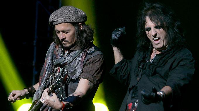 Auf der Bühne sah man sie schon häufiger zusammen, hier etwa 2012 in Phoenix: Johnny Depp (l.) und Alice Cooper.