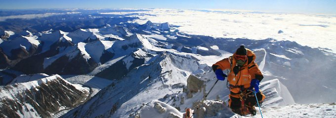 Aufstieg in eisige Höhen: Ausblick vom Gipfelgrat des Mount Everest.