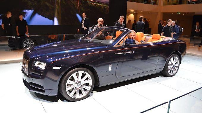 Im Rolls-Royce Dawn kann man sich nicht nur im Luxus sonnen.
