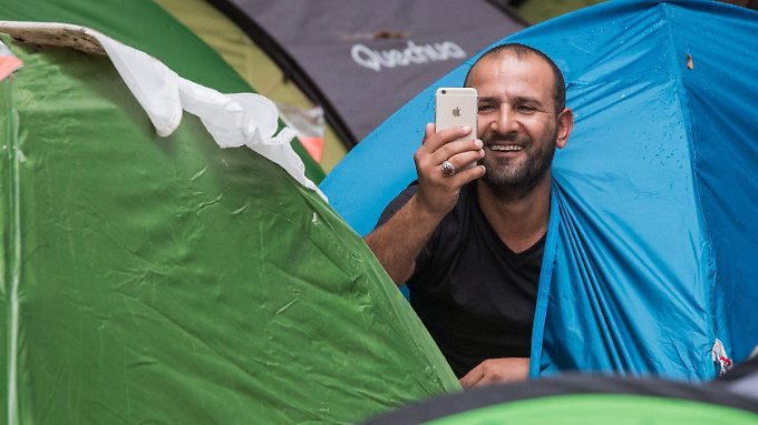 Fast alle Flüchtlinge kommunizieren über einfache Smartphones mit ihren Familien.