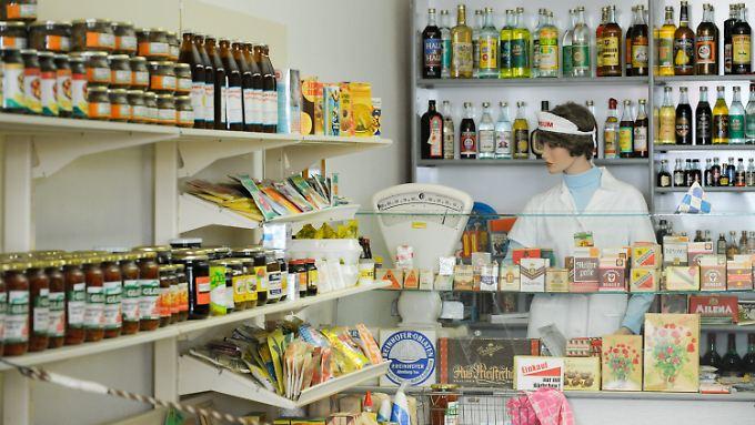 Ein mit nur in der DDR erhältlichen Gegenständen und Waren eingerichteter Konsum ...
