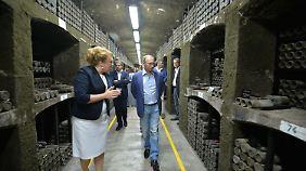 Putin inspiziert den Weinkeller.