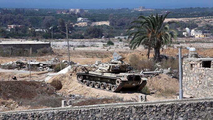 Panzer der Armee zerstören willkürlich Wohnhäuser von Zivilisten, wenn sie darunter Tunnel vermuten. Moderne Technik zur Tunnelaufspürung setzt die Armee laut HRW nicht ein.