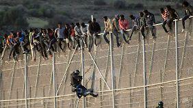 Die spanische Enklave Melilla ist mit hohen Zäunen gesichert. Flüchtlinge kommen trotzdem.