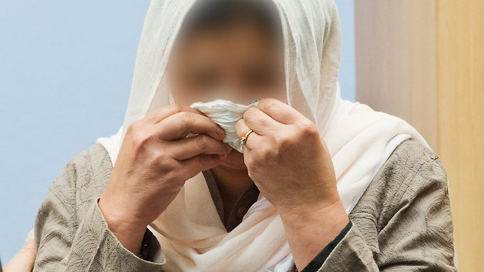 Weinende Mutter und Angeklagte im Mord-Prozess in Darmstadt. Die Eltern sollen ihre eigene Tochter getötet haben.
