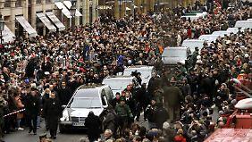 Unzählige Menschen stehen am Straßenrand, als der Wagen mit dem Leichnam von Moshammer an dessen Geschäft vorbeifährt. (Jahr 2005).