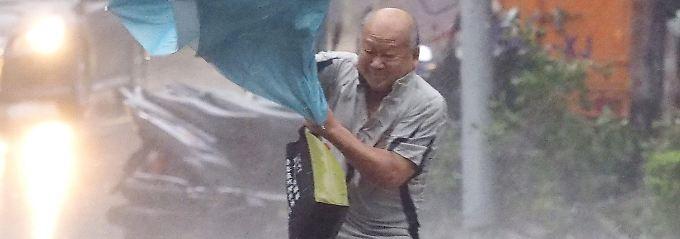 """Naturgewalten in Taipeh: In Sturmstärke peitscht """"Dujuan"""" ergiebige Niederschläge durch die Hauptstadt Taiwans."""