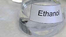 Ethanol ist bei Raumtemperatur eine farblose, leicht entzündliche Flüssigkeit mit einem brennenden Geschmack, die als Lebergift eingestuft wird und als Desinfektionsmittel eingesetzt werden kann.