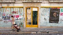 Auf dem Höhepunkt der Eurokrise 2011. Eine Frau im Zentrum von Lissabon. Im August wurden innerhalb eines Monats vier Billionen Euro Kapital an den Finanzmärkten vernichtet.