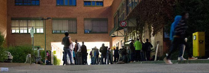 Vor der offiziellen Registrierungsstelle für Flüchtlinge in Hamburg Harburg.
