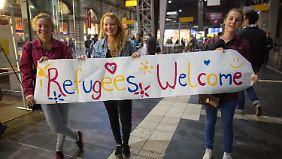 Alles Gutmenschen? Drei Frauen begrüßen Flüchtlinge bei ihrer Ankunft in Frankfurt im September.