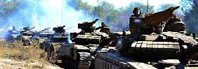 Bis zum Frieden in der Ostukraine ist es noch ein langer Weg: Kämpfer der selbsternannten Volksrepublik Luhansk verlassen mit ihren Panzern die Front.