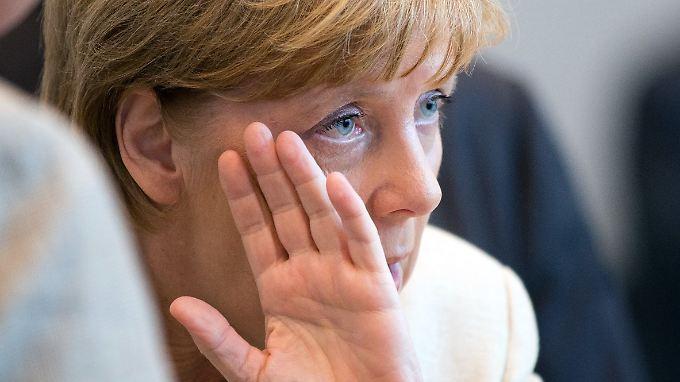 Angela Merkel bei einer Sitzung ihrer Fraktion. Auch vor den eigenen Leuten muss sie sich derzeit verteidigen.