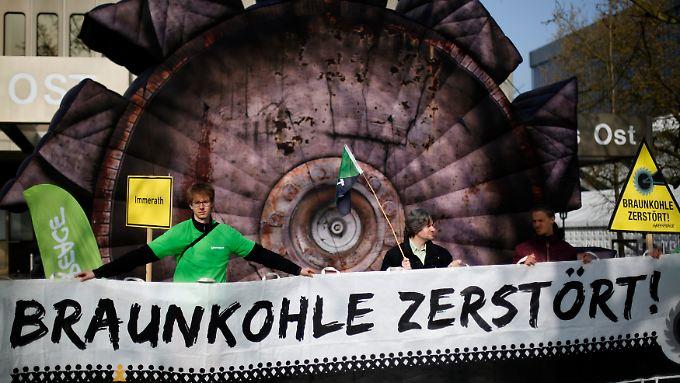 Mit Aktionen wie hier in Essen prangert die Umweltschutzorganisation Greenpeace die deutsche Braunkohlewirtschaft an.