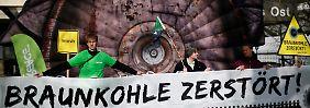 Mit Aktionen wie hier in Essen prangert die Umweltschutzorganisation Greenpeace die Braunkohlewirtschaft in Deutschland an.