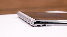 Zusammengeklappt kommt das elegante Aluminiumgehäuse des Surface Book gut zur Geltung.