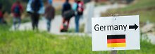 Im österreichischen Julbach nahe der deutschen Grenze weist ein Schild den Flüchtlingen den Weg.