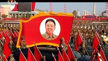 Während des Miltärmarsches ist davon nichts zu spüren. Auf den Bannern lächelt den Zuschauern das perfekte Antlitz von Kim Jong Un entgegen.