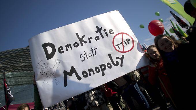 TTIP-Gegner gingen im Oktober auch in Berlin auf die Straße. Sie hatten im Jahr zuvor Millionen Unterschriften gesammelt.