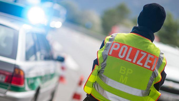 Die deutsche Polizei kontrolliert bereits vermehrt Reisende an den Grenzen. Lkw haben aber weitgehend freie Fahrt.