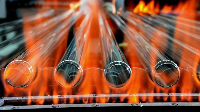 Glasröhren für Leuchtstoffröhren laufen in der Produktion des Lampenherstellers Narva in Brand-Erbisdorf (Sachsen) über ein Band und werden zur weiteren Bearbeitung erhitzt.