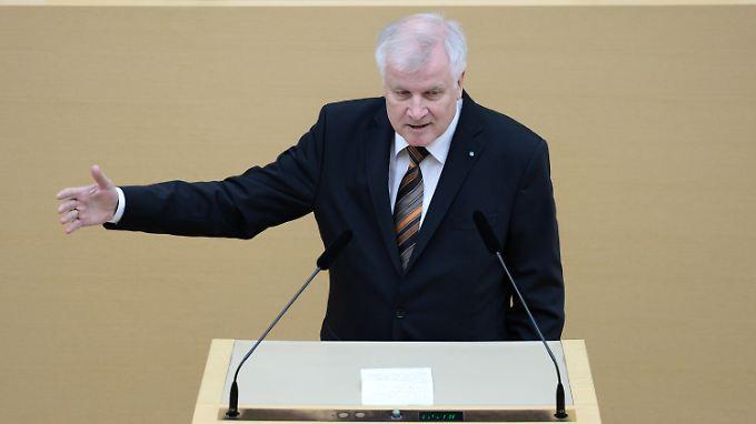 Horst Seehofer fordert von Merkel ein neues Statement für die Weltöffentlichkeit.