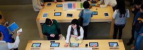 Ein überaus ertragreiches Geschäft: Apple verkauft iPhones und iPads rund um die Welt (Archivbild).