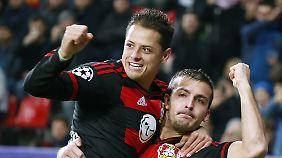 Javier Hernandez (l.) fühlt sich zwar wohl bei Bayer Leverkusen, bekennt sich aber nicht eindeutig zum Klub.