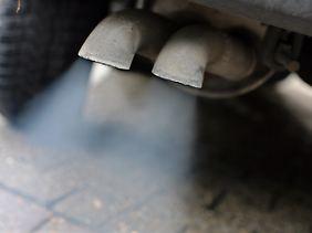 Abgase strömen aus dem Auspuff eines Autos mit Dieselmotor.