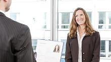 Quereinsteiger sind für den Arbeitgeber immer ein Risiko. Weiß der Bewerber überhaupt, worauf es ankommt in dem Job? Wichtig ist deshalb, zu zeigen, dass man bereit ist, sich eventuell fehlende Kenntnisse anzueignen.