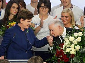 Unter Führung von Jarosław Kaczyński erreichte die PiS mit Spitzenkandidatin Beata Szydło im Oktober 2015 als erste Partei in der Geschichte Polens die absolute Mehrheit.