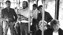 Tag zwei der 54-stündigen Irrfahrt der Geiselnehmer: Hans-Jürgen Rösner (2,v,l.) mit seinem Komplizen Dieter Degowski im entführten Bremer Stadtbus (Archivbild).