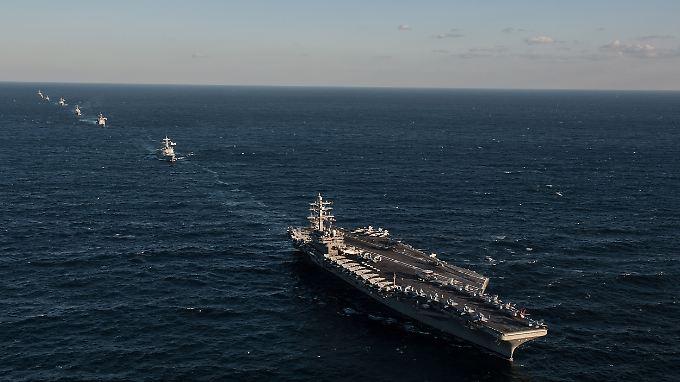 "Flottenverband in Linienformation: Die ""USS Ronald Reagan"" (r.) vor Südkorea."