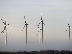 Windkraftanlagen bei Istha (Hessen).