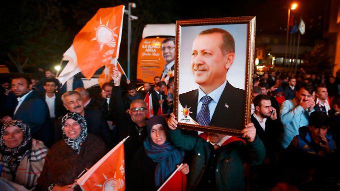 Zu Tausenden feiern die Menschen vor der AKP-Zentrale in Istanbul den Wahlsieg.
