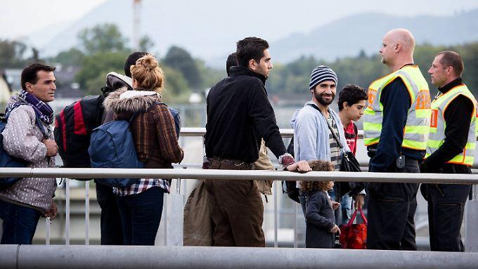 Flüchtlinge bei einer Grenzkontrolle bei Salzburg. Künftig könnte das Melderegister bei Kontrollen zum Einsatz kommen.