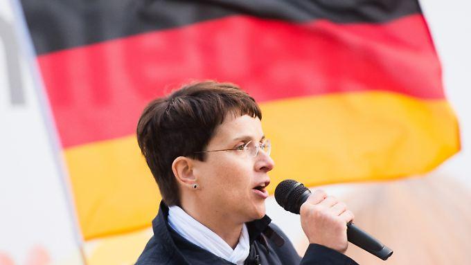 Die Bundesvorsitzende der AfD, Frauke Petry, spricht bei einer Kundgebung der Partei in Hamburg.