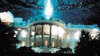 Liam Hemsworth und Jeff Goldblum sollen ab Juli 2016 in den Kinos die Alien-Angriffe abwehren, die im Original zig Städte platt machten, darunter auch Washington samt dem Weißem Haus.