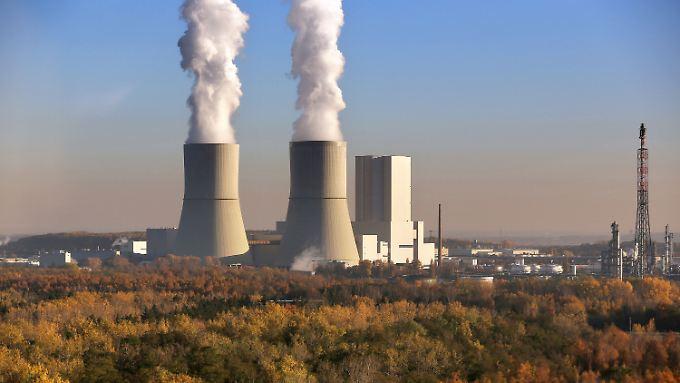 Aus den Kühltürmen des Kraftwerks Lippendorf in Sachsen steigt Dampf auf. Die Bundesregierung hat das Aus für mehrere alte Braunkohle-Kraftwerke beschlossen.