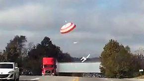 Kaum zu glauben, aber wahr: Flugzeug segelt auf die Autobahn
